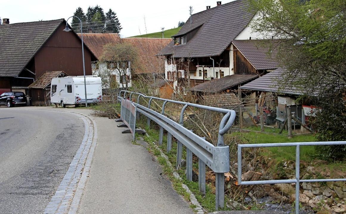 Das zerstörte Bachufer wird ab Juni saniert.   | Foto: Rolf-Dieter Kanmacher