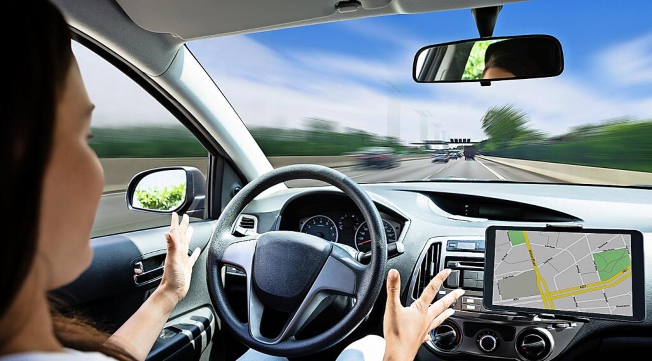 Bis Privatautos ohne Fahrerin unterwegs sein dürfen, dauert es noch.  | Foto: Andrey Popov  (stock.adobe.com)