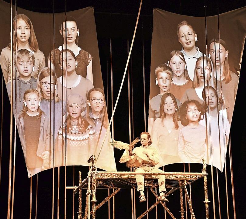 Auf zwei Segeln:  Der Kinderchor Lörrach begleitet die Geschichte.    Foto: Barbara Ruda