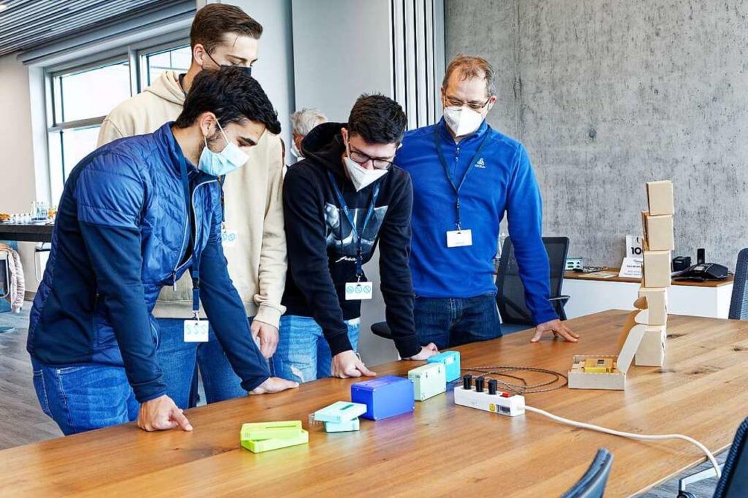Die Abschlussschüler begutachten die p...ionelle Umsetzung ihrer Projektarbeit.  | Foto: Martin Wendel