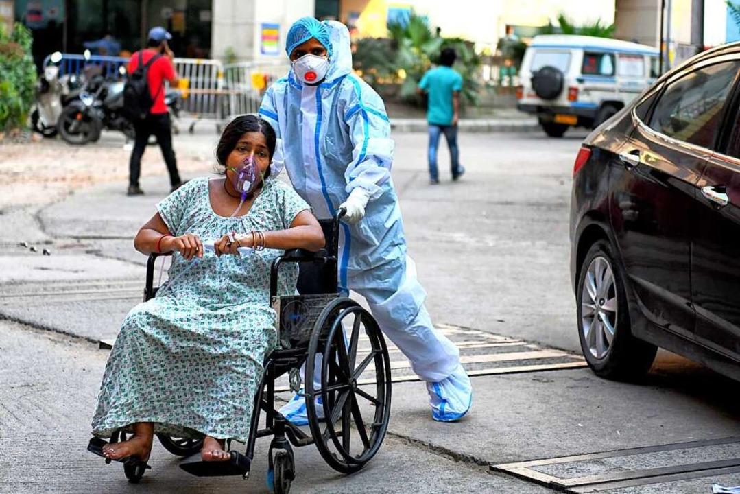 Eine mit Corona  infizierte Patientin ...Medical College Hospital eingeliefert.  | Foto: Avishek Das (dpa)