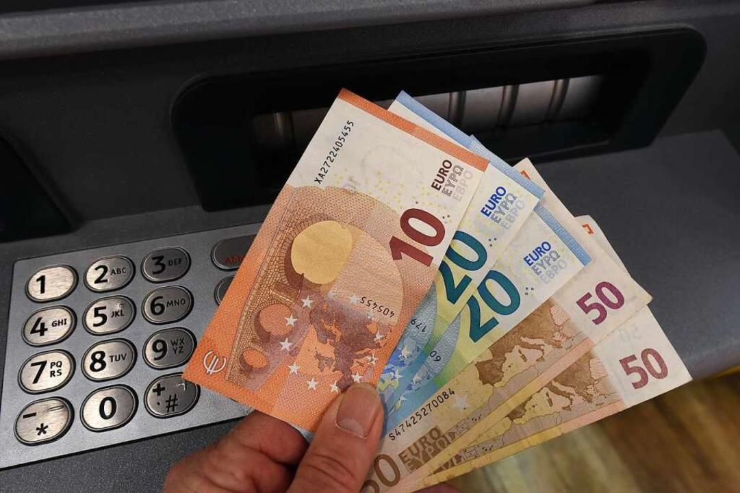 Geldautomaten geraten immer wieder ins Visier von Verbrechern.  | Foto: Holger Hollemann (dpa)