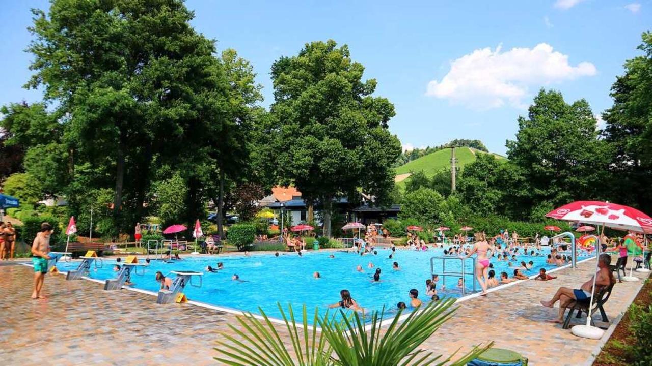 In Durbach wird es wohl Mitte Juni, bis das Freibad öffnet.  | Foto: Gemeinde Durbach