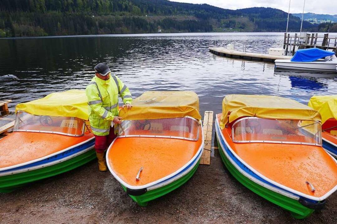 Am Titisee werden die Boote zu Wasser ...neröffnung an Pfingsten hergerichtet.   | Foto: Eva Korinth