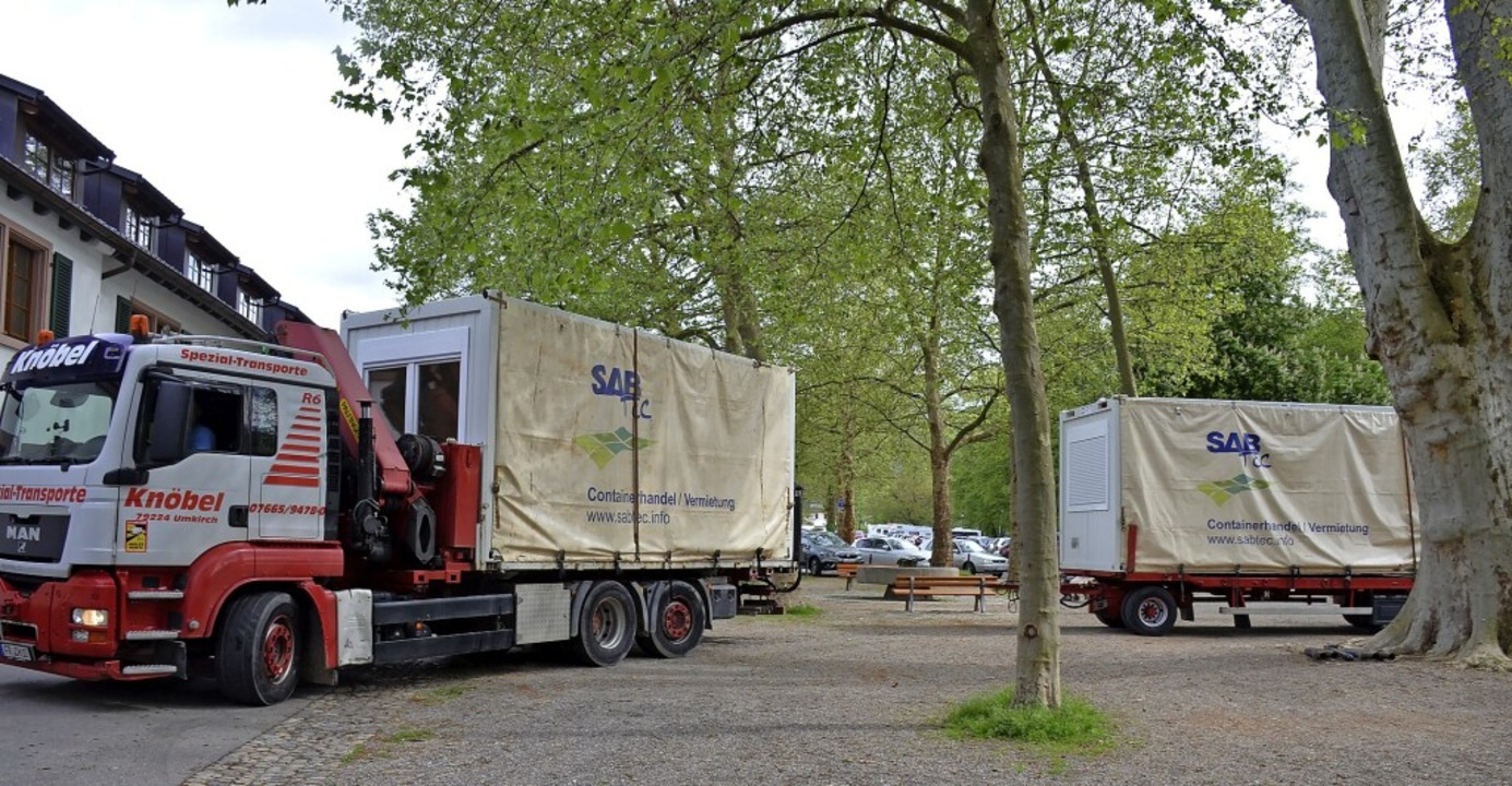 Die Container für das Schnelltestzentr...g auf dem Schladererplatz angeliefert.    Foto: Gabriele Hennicke