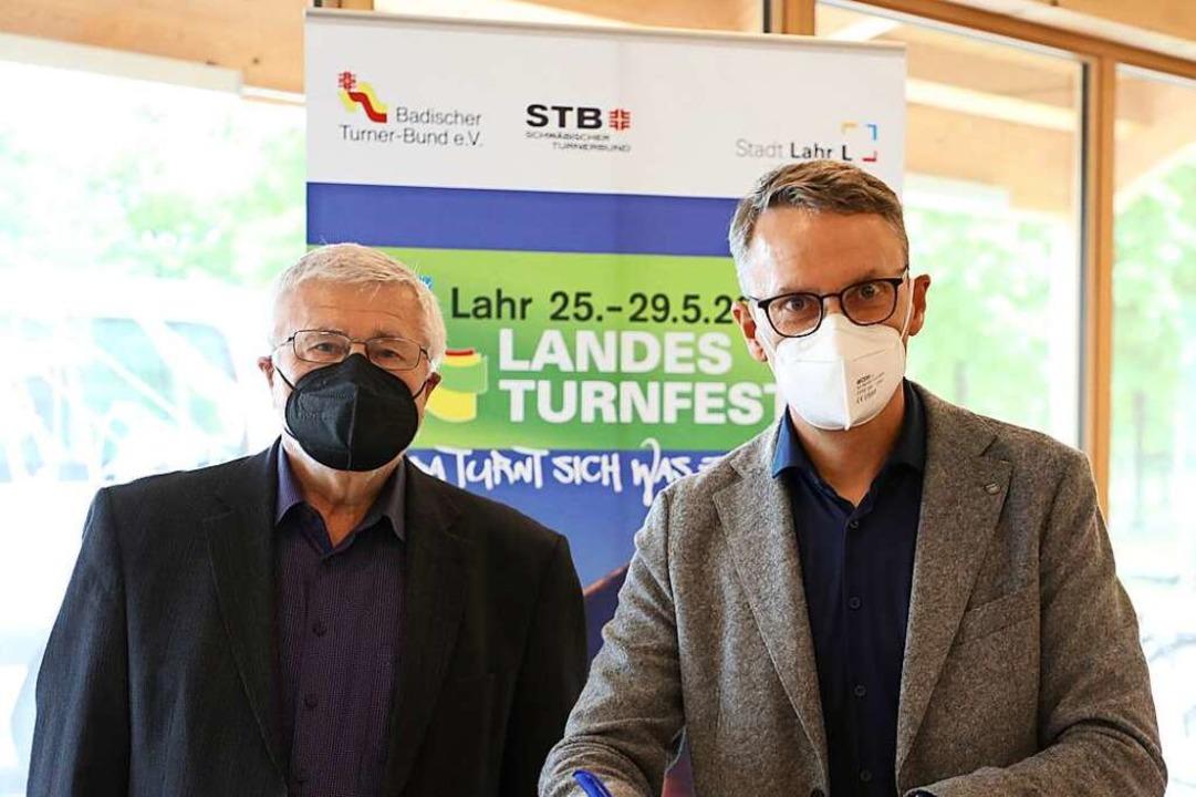 Lahrs Oberbürgermeister Markus Ibert (... Unterzeichnung des Ausrichtervertrags  | Foto: Christoph Breithaupt