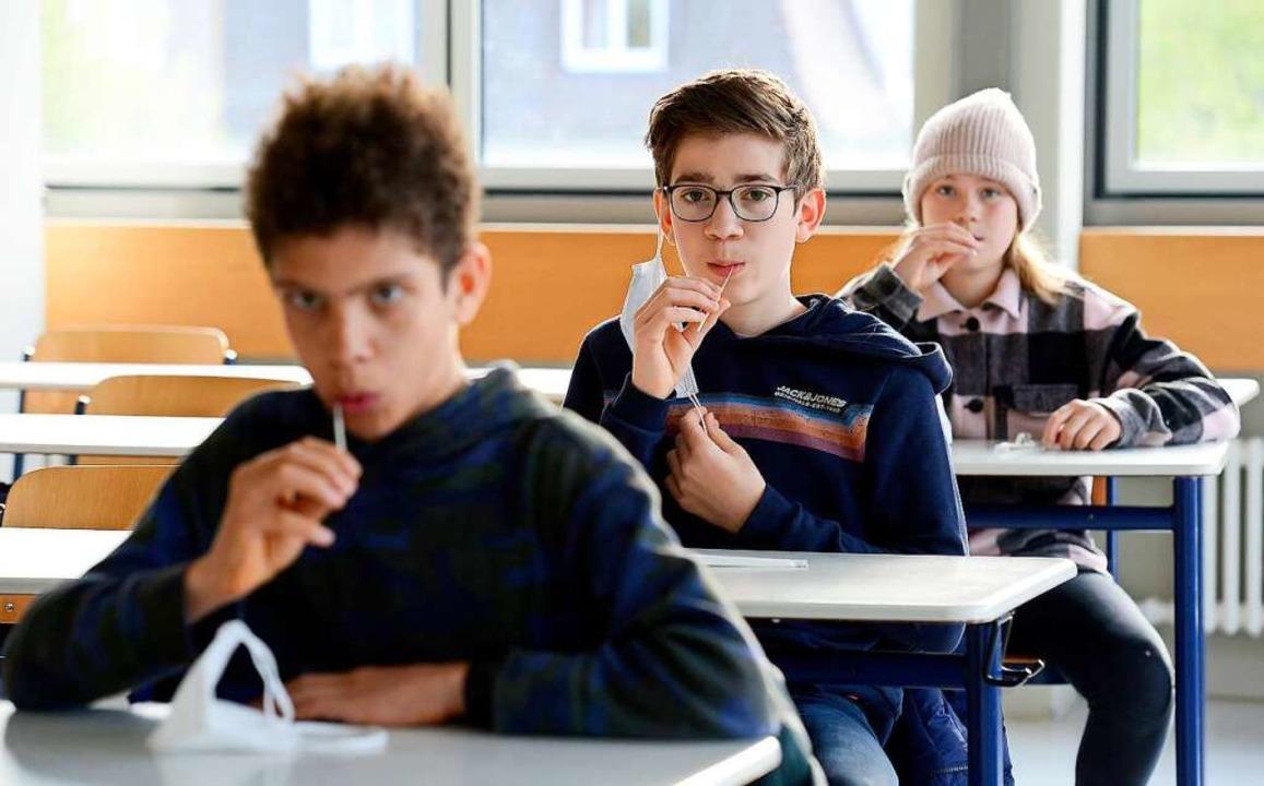 Schüler machen den Lollitest.    Foto: Ingo Schneider