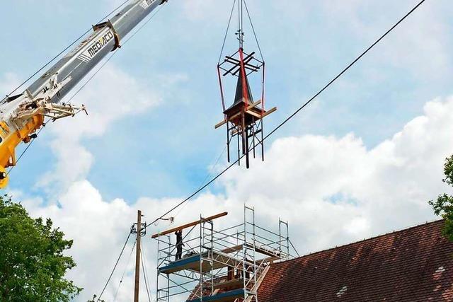 Der Glockenturm der Zartener Johanneskapelle hebt ab