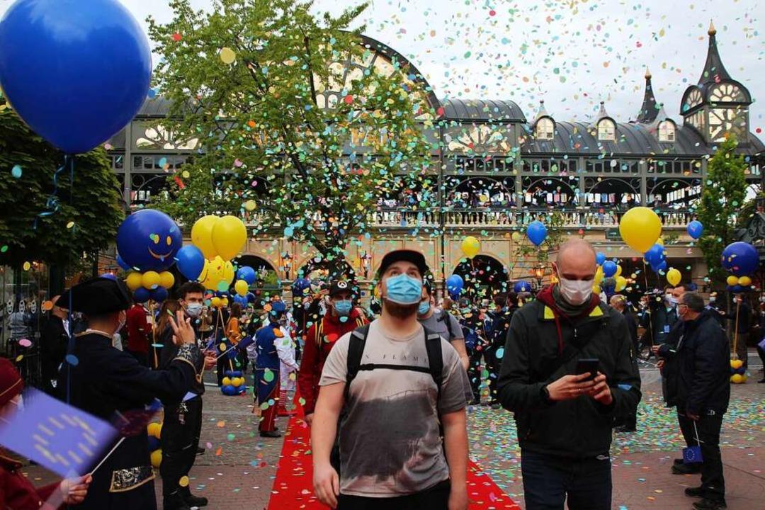 Mit Luftballons und Konfetti wurden die ersten Besucher am Freitag begrüßt.  | Foto: Michael Saurer