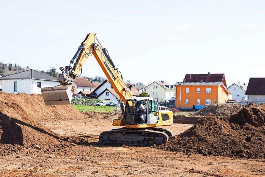 Im kommenden Baugebiet Herrengüter Wes...ungen vorsichtig den Boden abgetragen.  | Foto: Michael Haberer