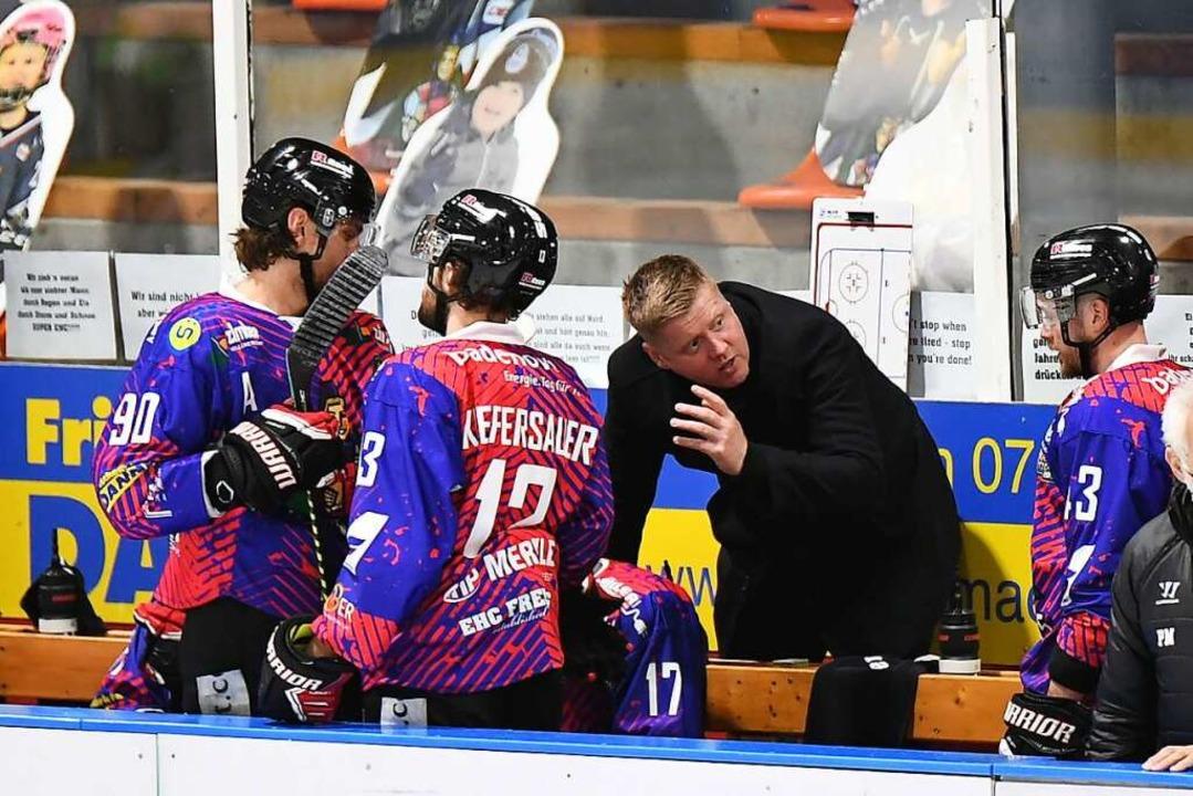 Alt-Trainer Peter Russell mit einigen ...ahm der EHC Freiburg einen Aufschwung.  | Foto: Achim Keller