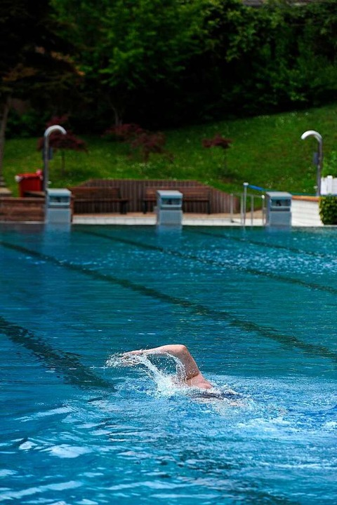 Hartgesottene Schwimmer eröffnen die Saison im Terrassenbad.  | Foto: Bettina Schaller