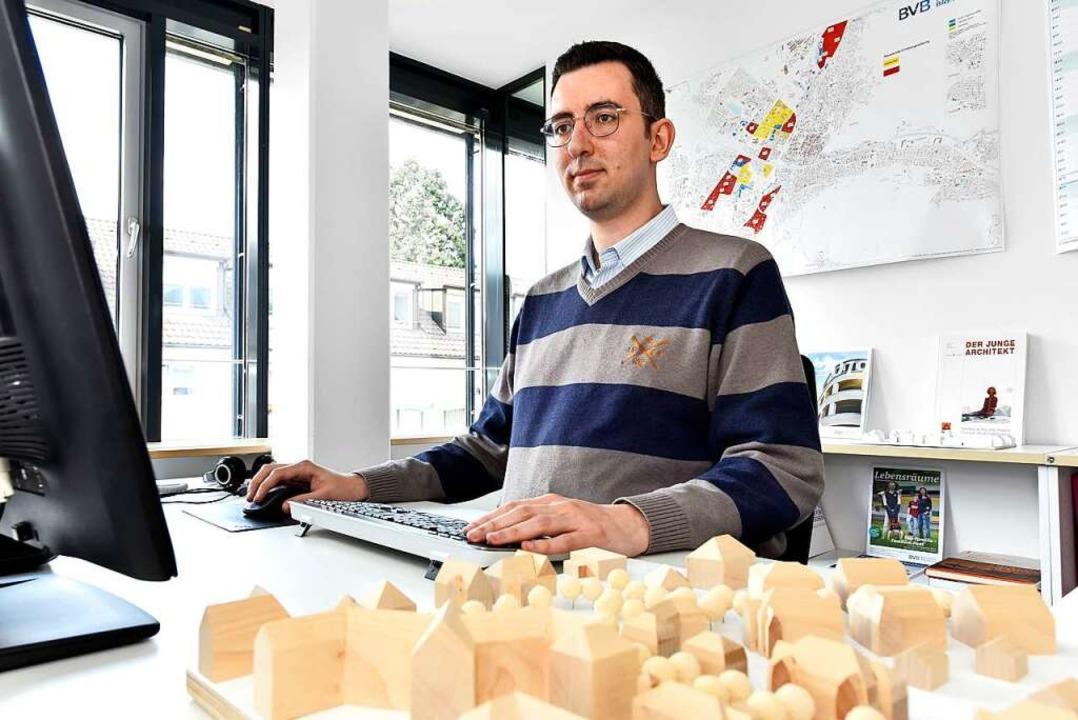 Zaki Musalati aus Syrien arbeitet beim Bauverein als Architekt.   | Foto: Thomas Kunz