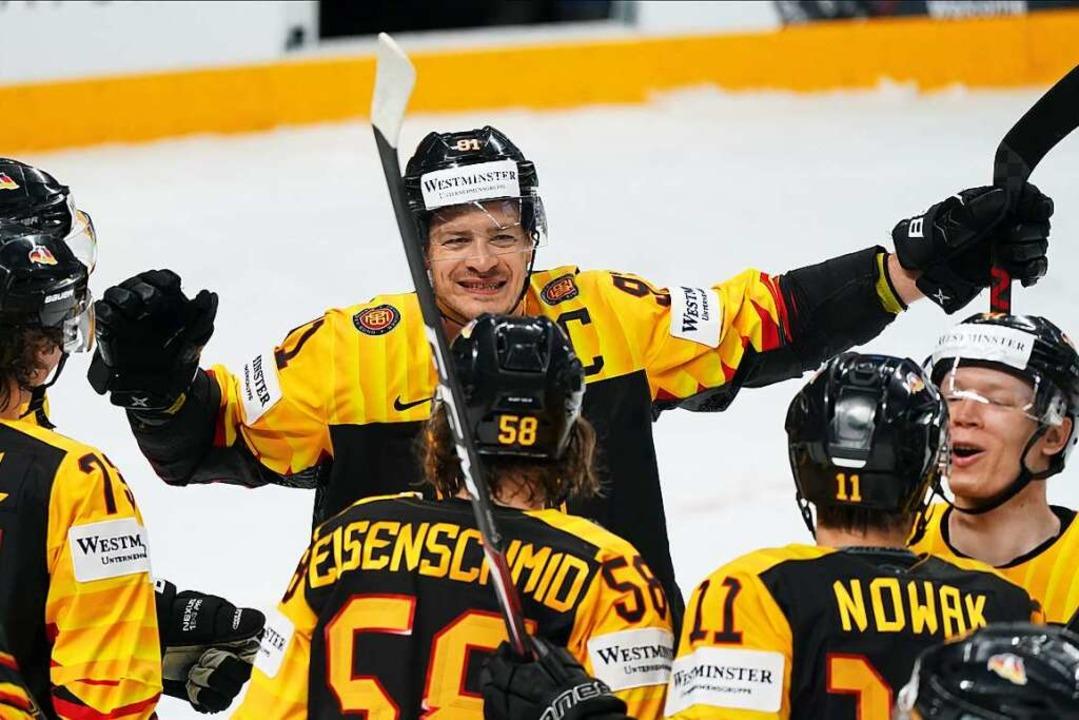 Die deutsche Eishockey-Mannschaft freut sich über den 3:1 Sieg gegen Kanada.  | Foto: Roman Koksarov (dpa)
