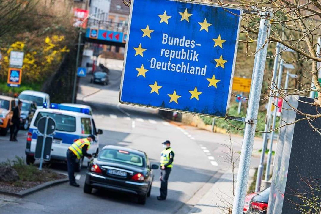 Grenzübertritt zwischen Deutschland un...r als Hochinzidenzgebiet (Archivbild).  | Foto: Oliver Dietze (dpa)