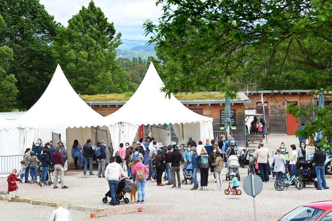 Die Testpflicht bis Pfingstsonntag führte zu Warteschlangen am Mundenhof.    Foto: Rita Eggstein