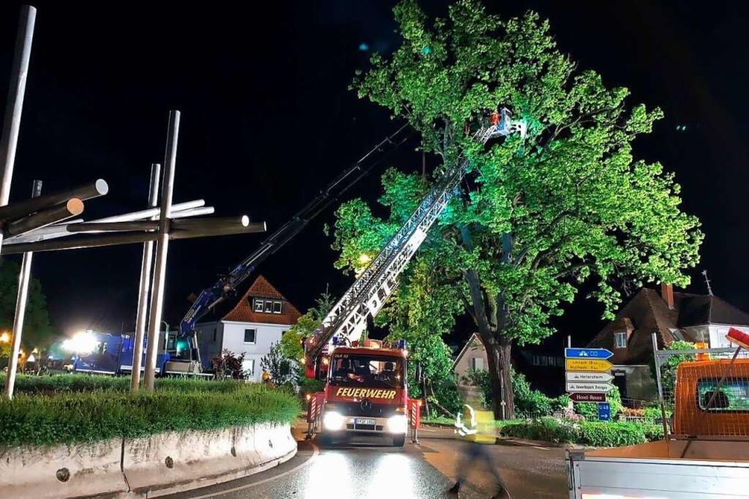 Der Sturmschaden ereignete sich direkt...r der B3 mit dem großen Malteserstern.    Foto: Feuerwehr Heitersheim