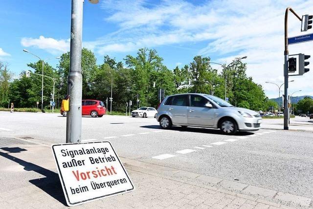 Verkehrsschilder und Schutzzelt an Unfallstelle in Freiburg gestohlen
