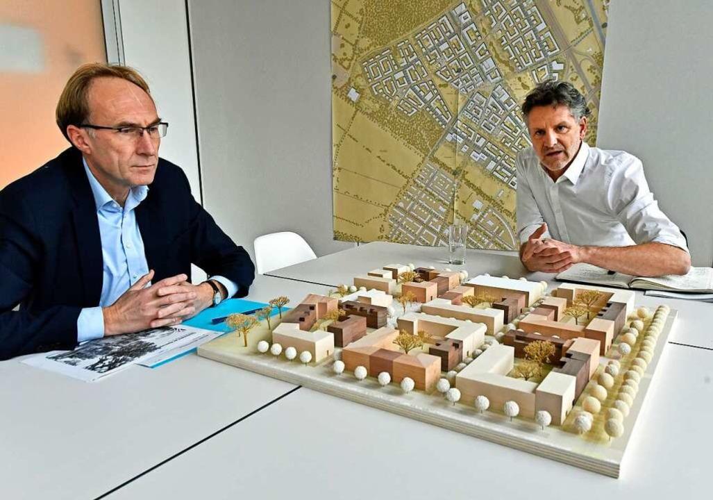 Pläne für das Baugebiet Dietenbach: Ba...in Haag (links) und Architekt Borgards  | Foto: Michael Bamberger