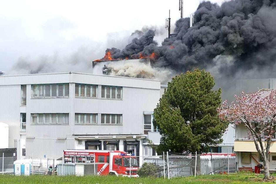 Die Rauchwolken sind kilometerweit sichtbar: Im Fleischwarenbetrieb Adler in Bonndorf ist ein Feuer ausgebrochen. Feuerwehr, Polizei und Rettungsdienste waren im Großeinsatz, verletzt wurde niemand. (Foto: Stefan Limberger-Andris)