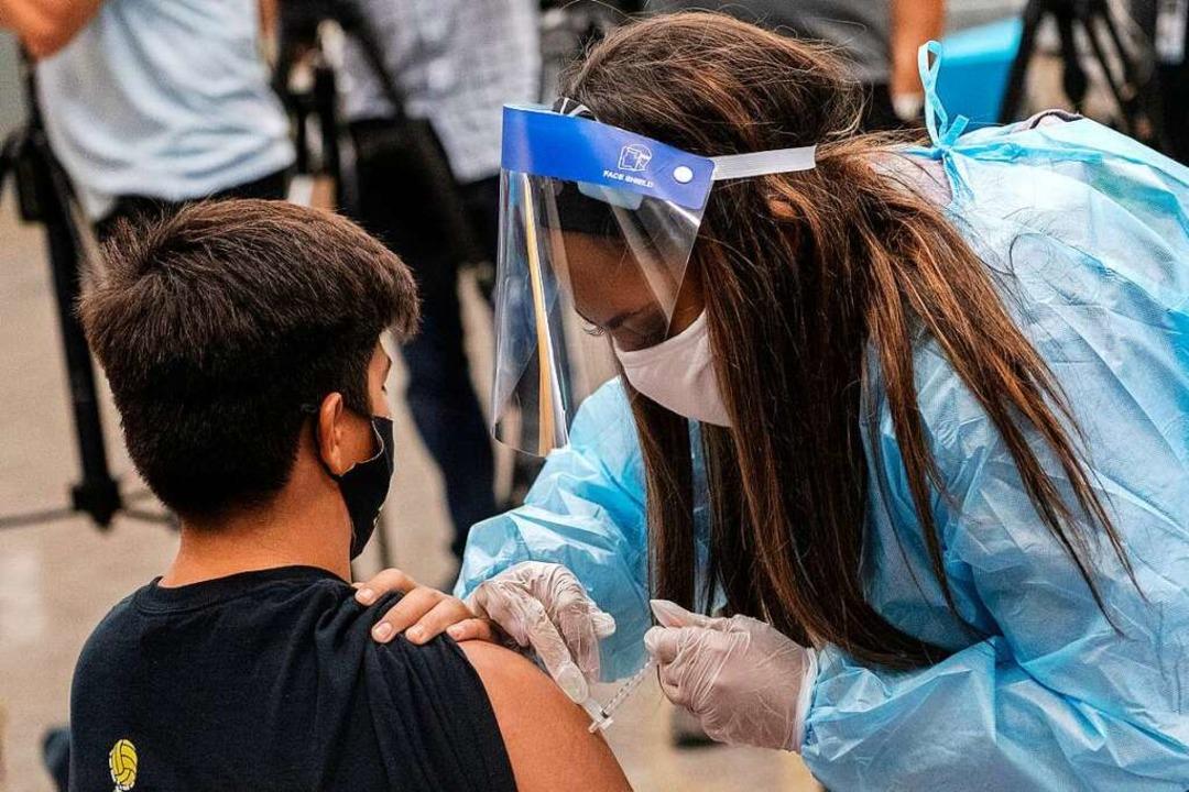 Eine 15-Jähriger wird im kalifornische...ugendliche ab 12 Jahre geimpft werden.  | Foto: Damian Dovarganes (dpa)