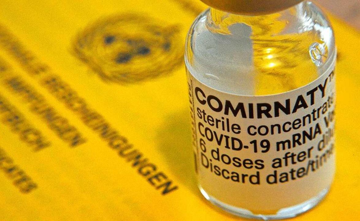 Kann für den Café-Besuch geprüft werde...1; der Impfausweis mit Corona-Impfung.  | Foto: Michael Bamberger