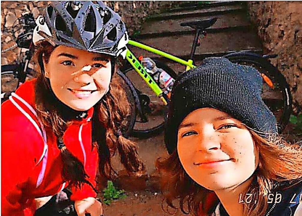 Lena Moser und Chiara Wagner sammelten... ihre Klasse 10a und das Schüler-Team.  | Foto: Privat