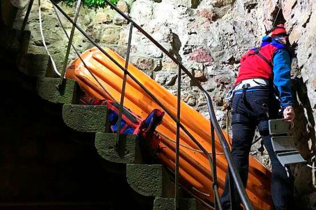 Zur Rettung des Verletzten aus dem Sch...auch eine Schleifkorbtrage eingesetzt.  | Foto: Freiwillige Feuerwehr Staufen