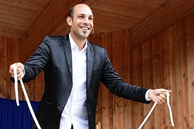 Ein Magier fasziniert mit seinen Tricks die Besucher des Steinwasen-Parks