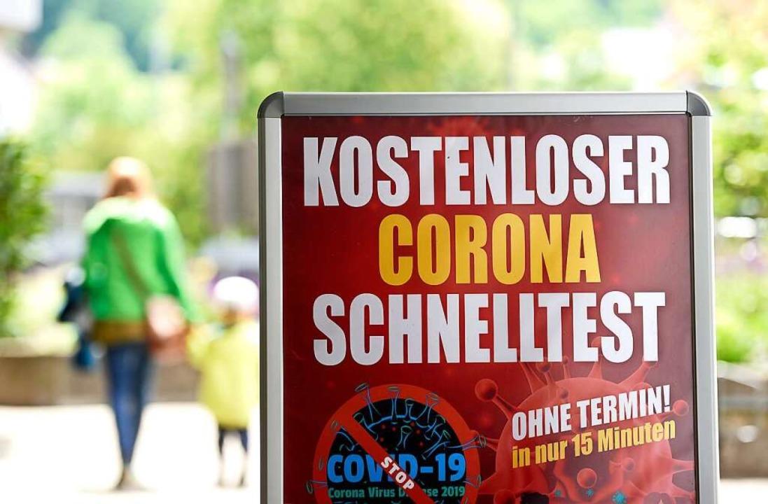 An jeder Ecke werden dem Bürger inzwischen Coronatests angeboten.  | Foto: Thomas Kunz