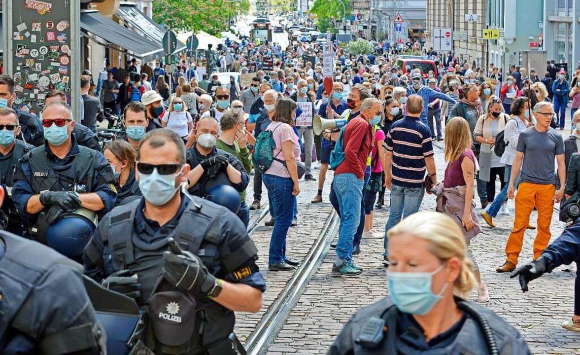 Anfangs hatte die Polizei Schwierigkei... und Gegenprotest auseinanderzuhalten.  | Foto: Michael Bamberger