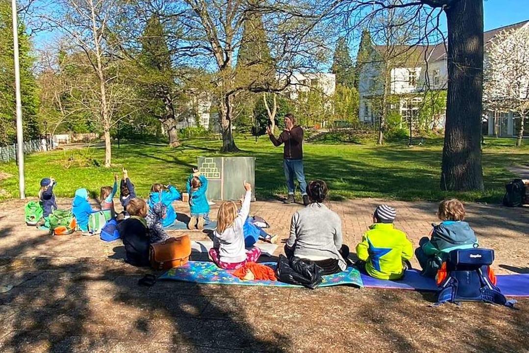 Rechnen geht auch draußen.: Klassenleh...chule im pandemiebedingten Unterricht.  | Foto: Freie Waldorfschule Emmendingen