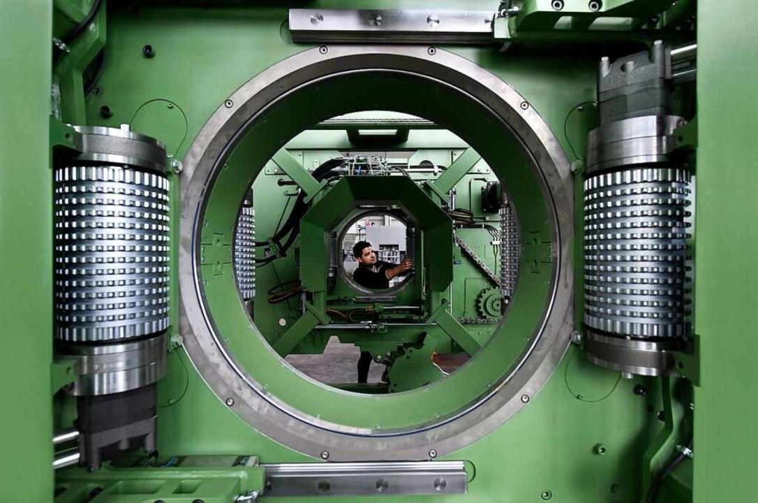 Hier muss der Baumstamm durch – Blick in die Produktion bei Linck.  | Foto: Thomas Kunz