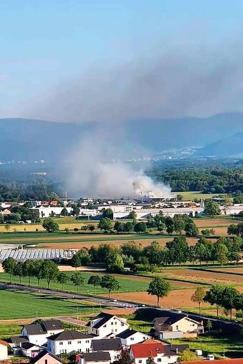 Rauch steigt aus einer Halle im Industriegebiet Malterdingen auf.  | Foto: privat
