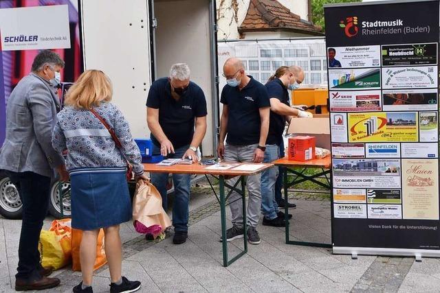 Frikadellen und Blasmusik – Rheinfelder Stadtmusik wirbt auf dem Wochenmarkt