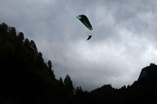 In Badenweiler-Lipburg ist ein Gleitschirmflieger aus rund 40 Metern Höhe abgestürzt