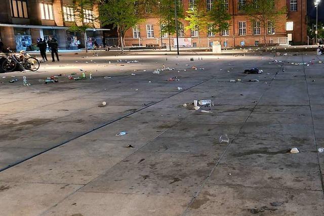 Nach lauen Nächten bleibt viel Müll auf dem Platz der Alten Synagoge liegen
