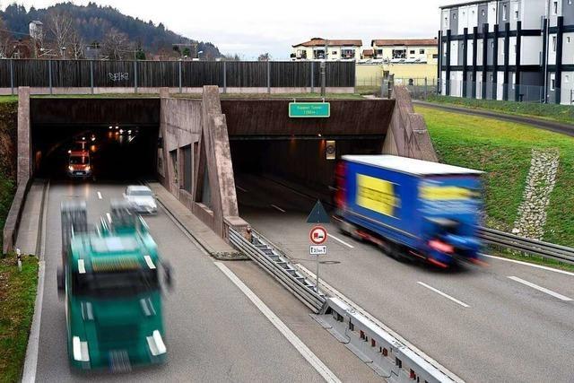 Transporter drängelt auf der B 31 am Tunnelausgang im Freiburger Osten