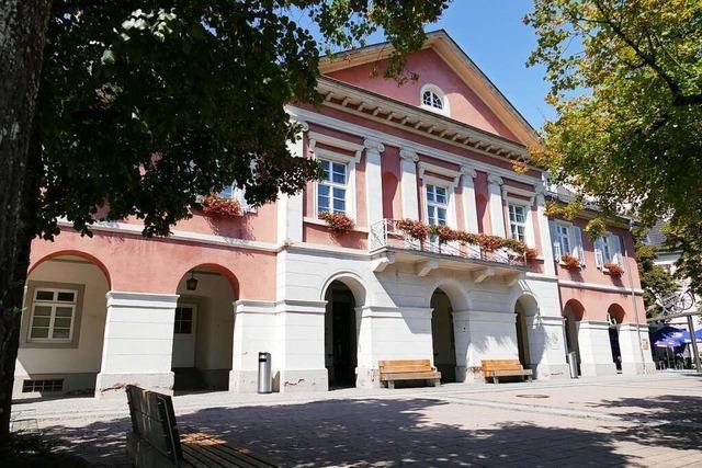 Unbekannte beschmieren Schopfheimer Rathausfassade