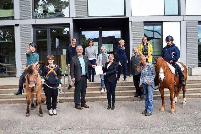Lions-Club Offenburg spendet 10 000 Euro für Reittherapie