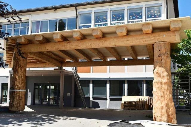 Ein großes Dach aus Holz auf dem Friesenheimer Grundschulhof