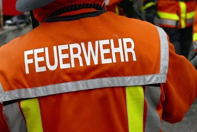 60 Bewohner evakuiert wegen brennender Papiercontainer im Keller