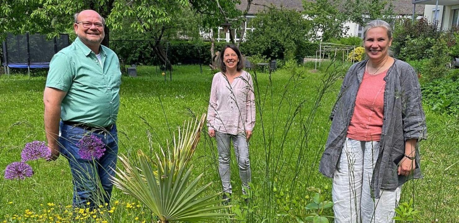 Jörg Breiholz, Susanne Uttner und Beat...inks) im Garten des Diakonischen Werks  | Foto: Barbara Ruda