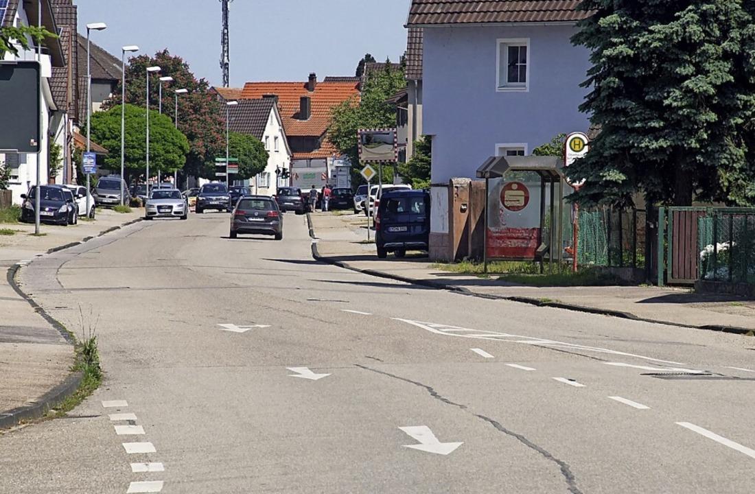 Die Rheinhausener Hauptstraße ist brei...arken auch Fahrzeuge am Fahrbahnrand.     Foto: Ilona Huege