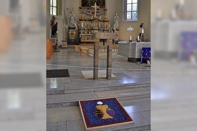 Nur kleine Prozession in der Kirche