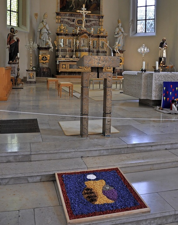 Zwei Blumenteppiche waren in der  Kirche nahe der Seitenaltäre aufgebaut.  | Foto: Jutta Schütz
