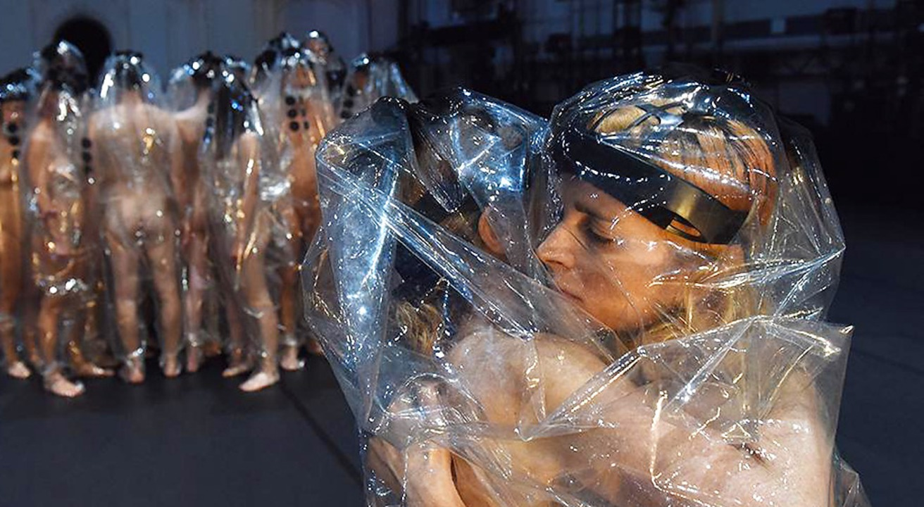 Der durchsichtige Ganzkörperschutz erl...rstellenden  zwischenmenschliche Nähe.    Foto: Alexi Pelekanos