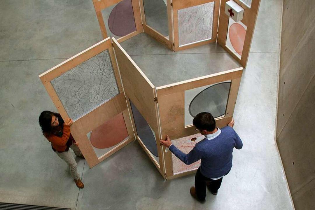 Das Foto zeigt Gemeindereferent Jörg W...r bei einem Testaufbau der Stellwände.  | Foto: Sigrid Striet