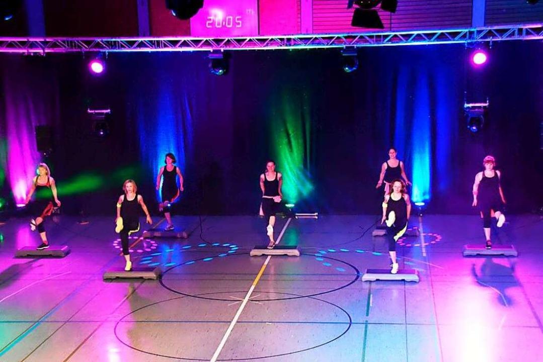 Die Aerobic-Step-Gruppe bei ihrem Auftritt bei der der Gala des Sports 2017.    Foto: Sabine Rothmann, TV Lahr