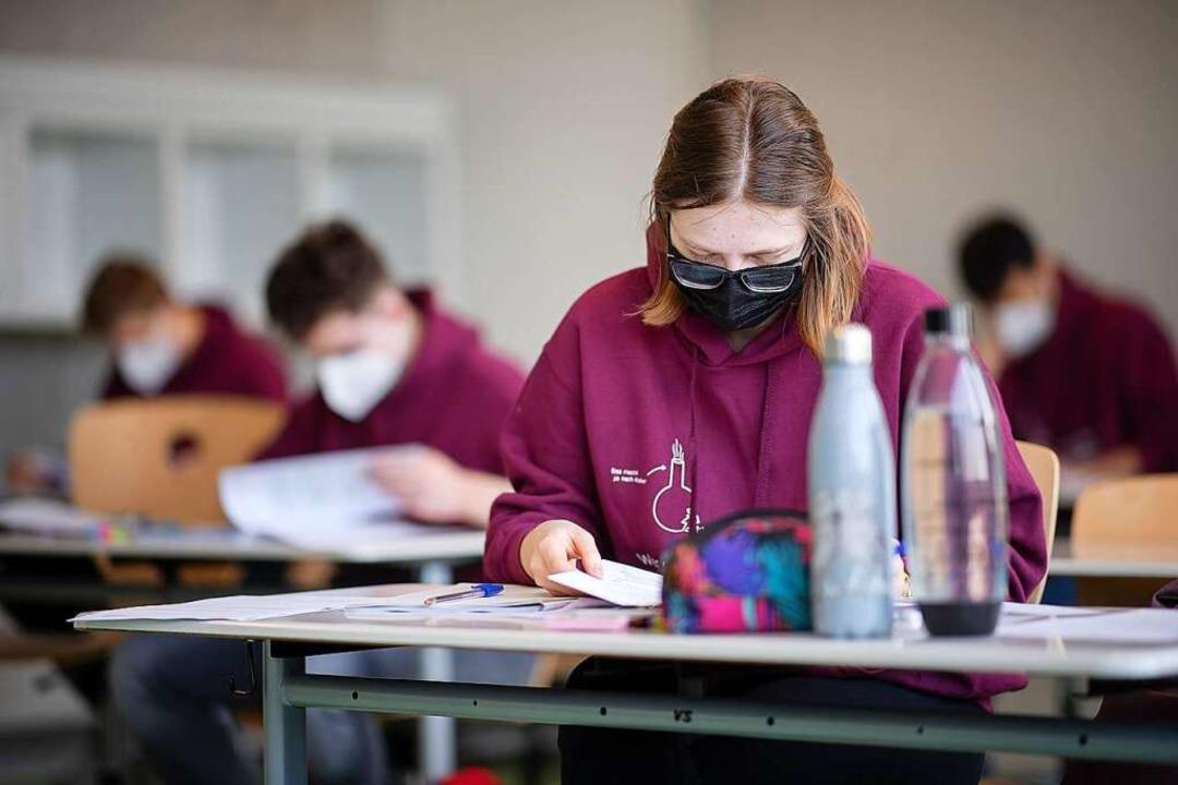 Schülerinnen und Schüler bei den Abiturprüfungen    Foto: Sebastian Gollnow
